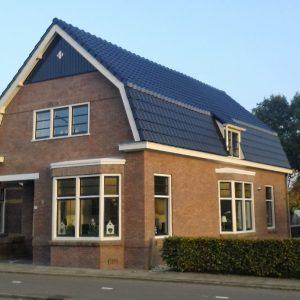 Nieuw dak met nieuwe pannen isolatie en goten